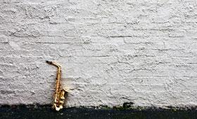 進化し続けるジャズ - ジャズの魅力、味わっていただけましたでしょうか。もちろん、ジャズの歴史はこれでは終わりません。ニューオリンズの端で出会ったさまざまなルーツ音楽がぶつかりあい、響きあい、やがて「ジャズ」というジャンルを形成した経緯から分かるように、ジャズは「生まれながらにしてフュージョン・ミュージック」でした。異なる音楽文化を取り込んで生まれたジャズには、新たなものを受け入れる懐の広さがあります。現在もなお、幅広いジャンルとの「フュージョン」を繰り広げるジャズの世界に、あなたも浸ってみませんか?